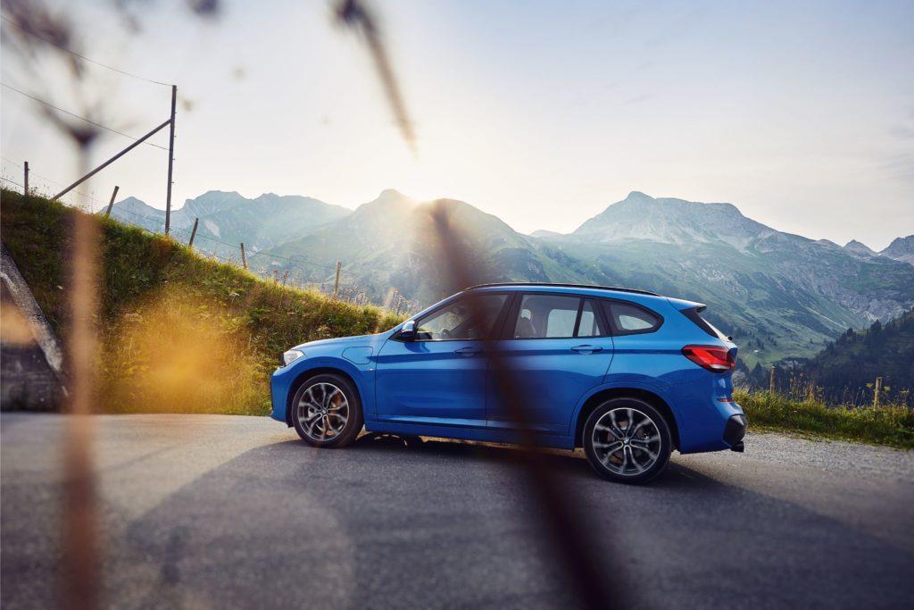 Vista lateral do novo BMW X1 xDrive25e