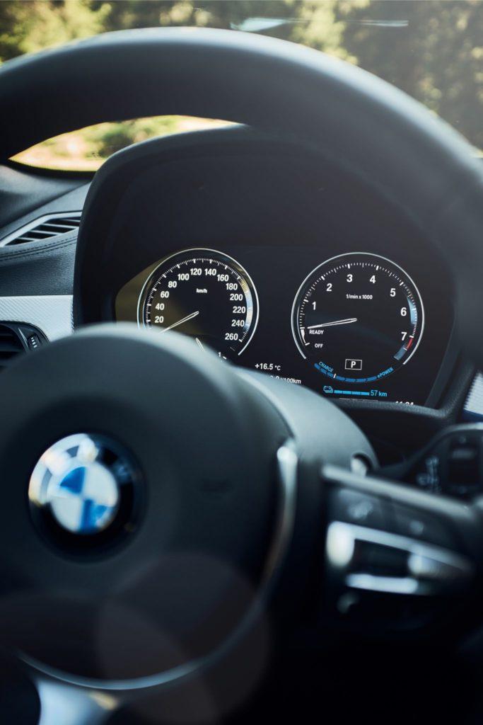 Vista do volante do novo BMW X1 xDrive25e