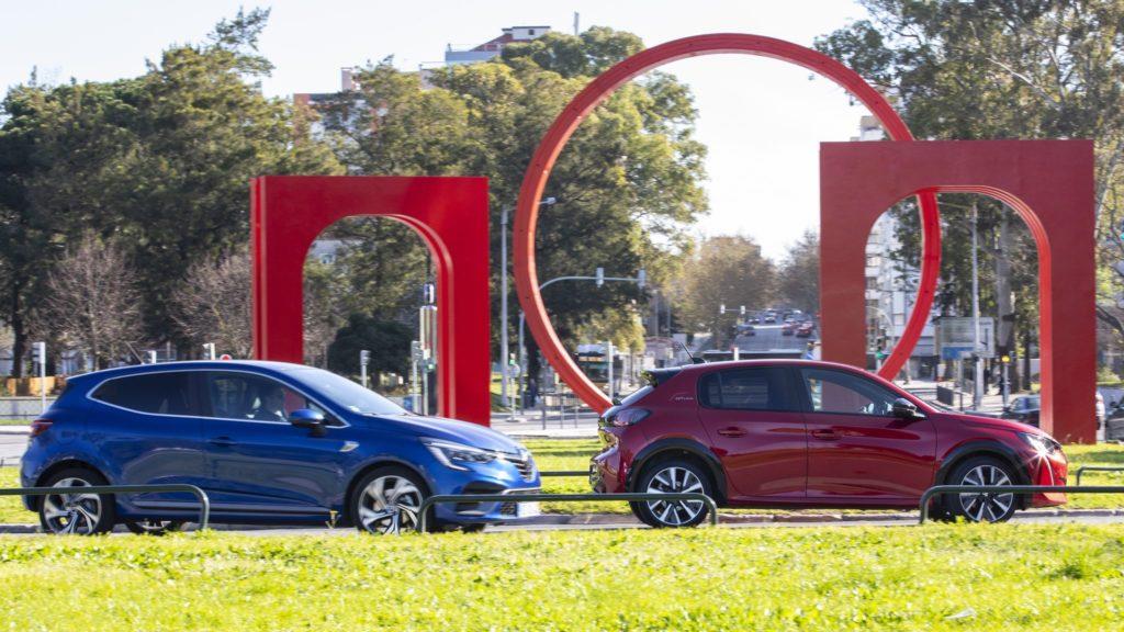 Renault Clio vs Peugeot 208 34